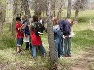 estudiantes haciendo observaciones en el campo